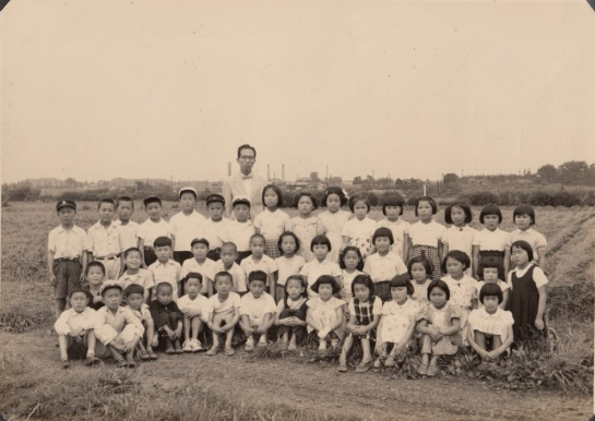 日野小4年生と中村先生 1954頃