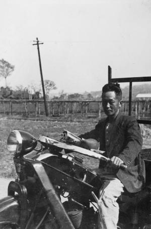 貨物三輪自動車を運転する渡辺新助氏 昭和10年代
