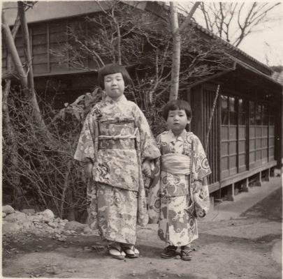 着物姿の少女2人 1963頃 - 金子屋前 - 横町