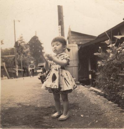 洋服姿の幼児 昭和30年前後か - 吉野屋 - 横町