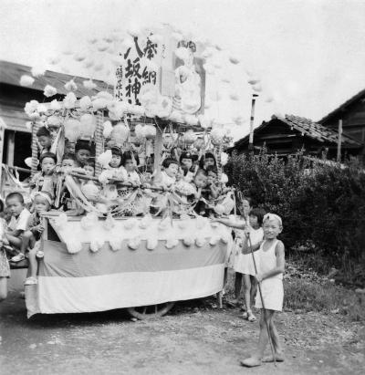 八坂神社の祭り 1952頃 ‐ 万願荘 ‐ 子ども山車