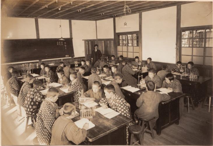 日野尋常高等小学校卒業記念写真帖 1927(4)男組理科授業