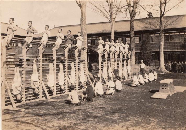 日野尋常高等小学校卒業記念写真帖 1927(5)男組体操