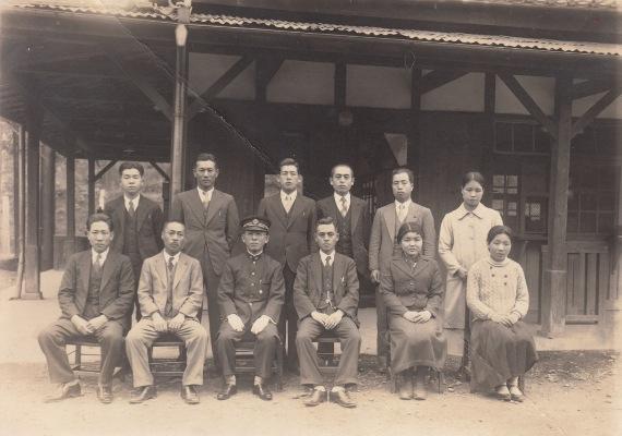 定期券を持つ人たち 1937(1)日野停車場前