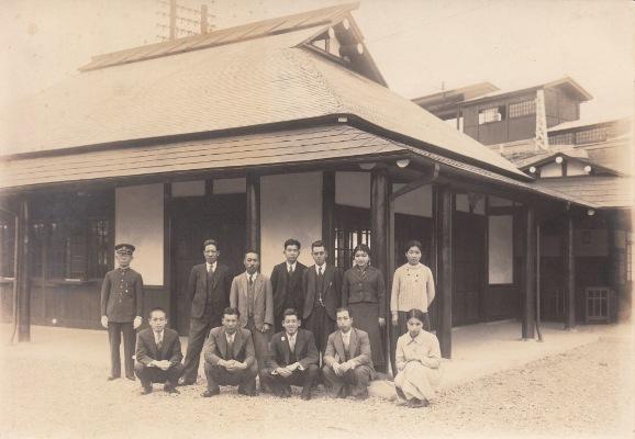 定期券を持つ人たち 1937(2)日野駅前