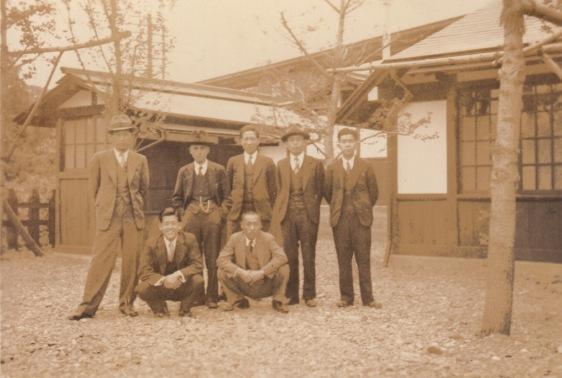 定期券を持つ人たち 1937(3)日野駅前