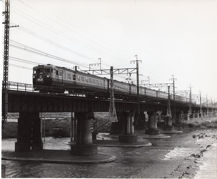 多摩川鉄橋を日野方面に向かう中央線列車