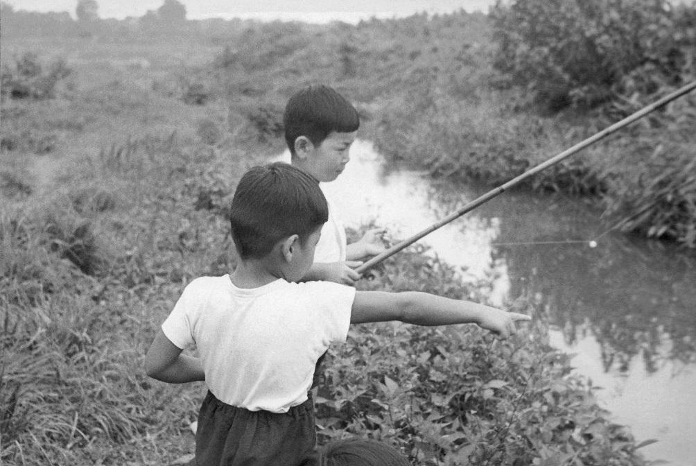 用水で遊ぶ子どもたち - 四ツ谷 -