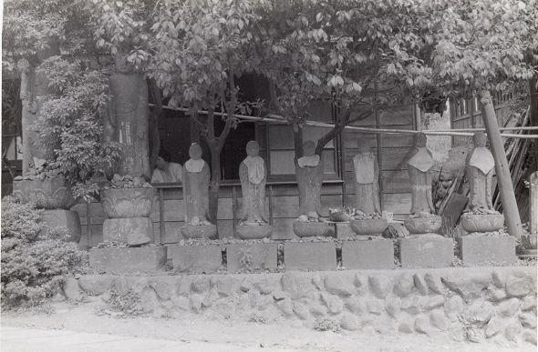 坂下地蔵堂前の六地蔵尊