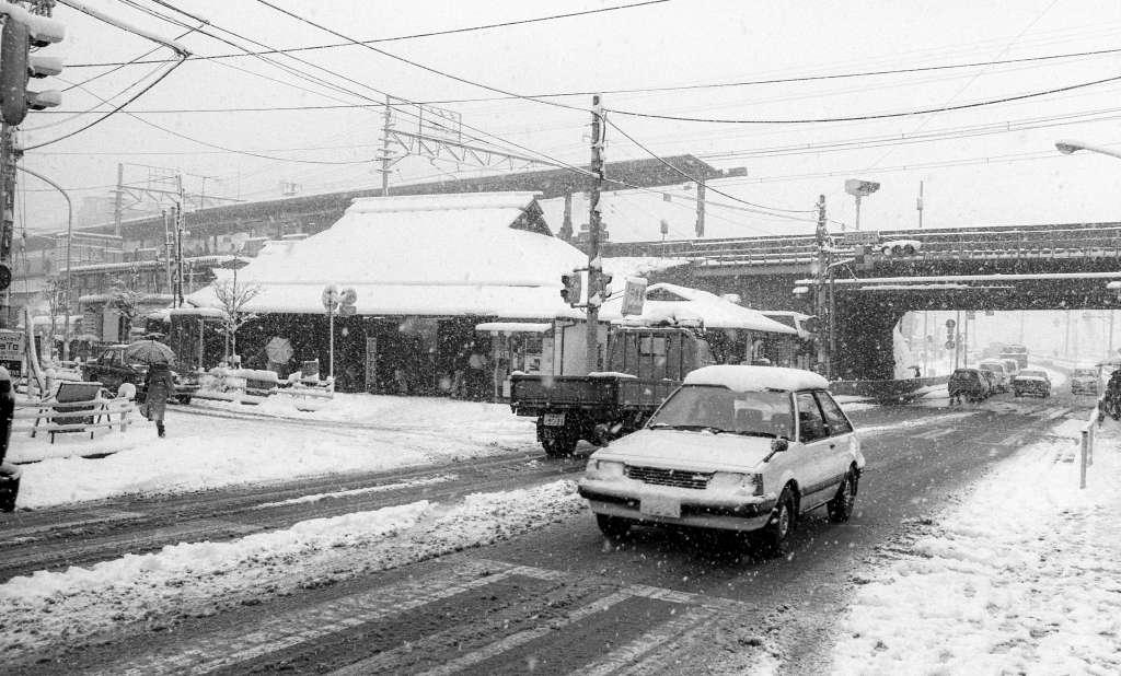 雪の日野駅 1984