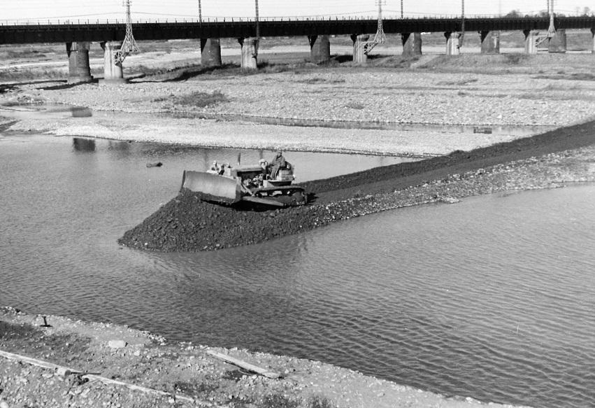 堤防修復工事 1955頃(3)ブルドーザー