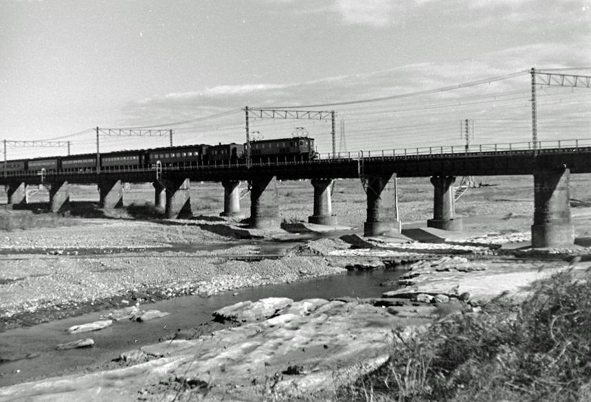 台風で橋脚が削られた多摩川鉄橋 1955頃