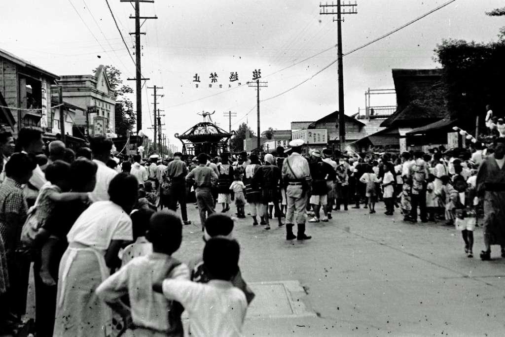八坂神社の祭り- 宮神輿の渡御 -鳥居前 1950年代