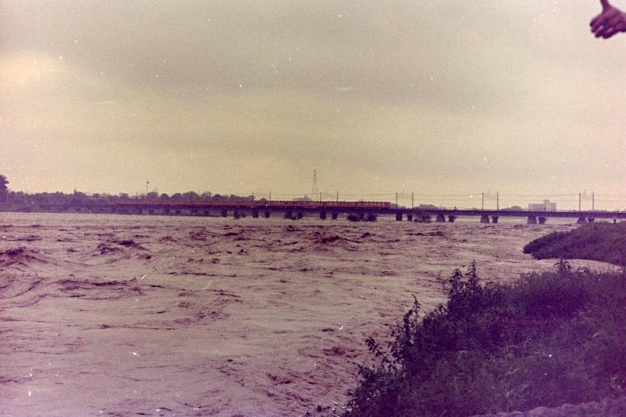 台風16号で増水した多摩川鉄橋付近 1974