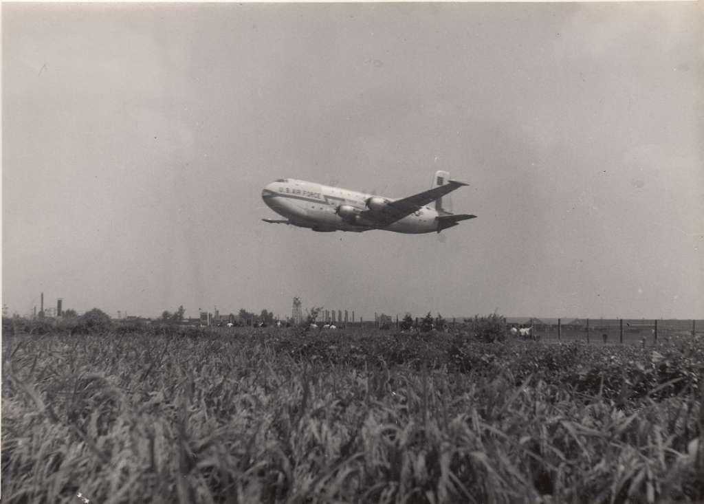 立川基地を飛び立つグローブマスター 1955