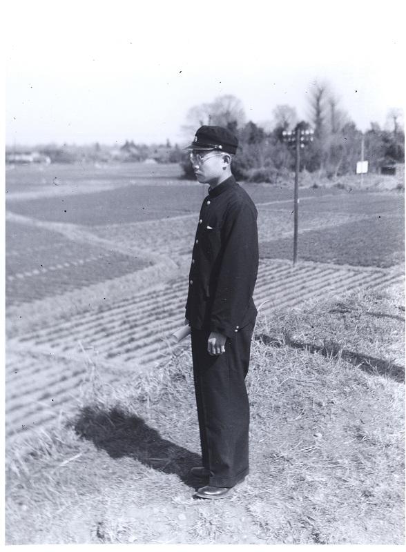 中央線の土手に立つ学生 1954