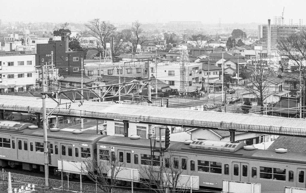 日野駅ホームと東側地区の街並み 1981