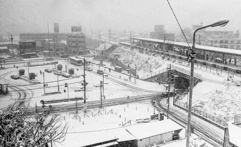 雪の日野駅西側ロータリー(2) 1984-01-19