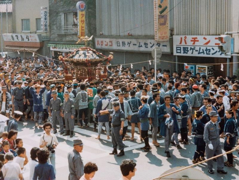 宮出しを終え、西に向かう宮神輿 1980-09