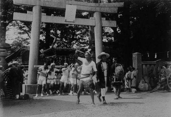 八坂の祭り ‐ 鳥居前 ‐ 昭和初期 日野市郷土資料館提供