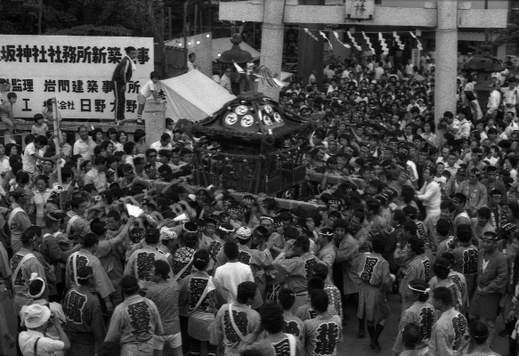 八坂の祭り ‐ 鳥居前 ‐ 昭和50年代 日野市郷土資料館提供
