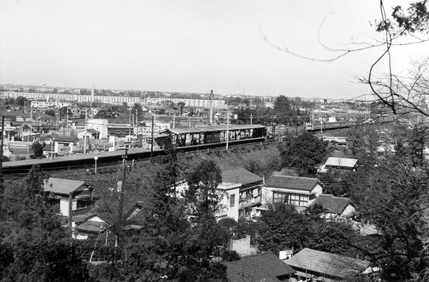宝泉寺の裏山から日野駅ホームを望む 日野市郷土資料館提供
