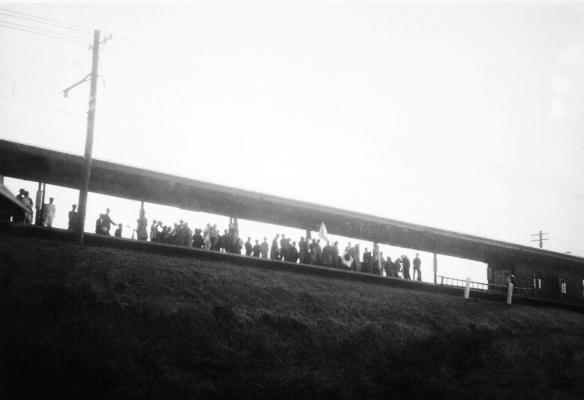出征兵士の壮行 - 日野駅ホーム上り線 - 昭和10年代後半 日野市郷土資料館提供