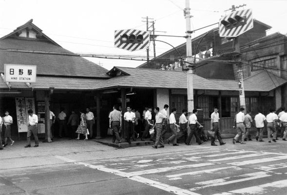 早朝の日野駅 昭和40年代 日野市郷土資料館提供